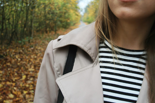 Beige trench and stripes | Jesienny strój dnia z trenczem