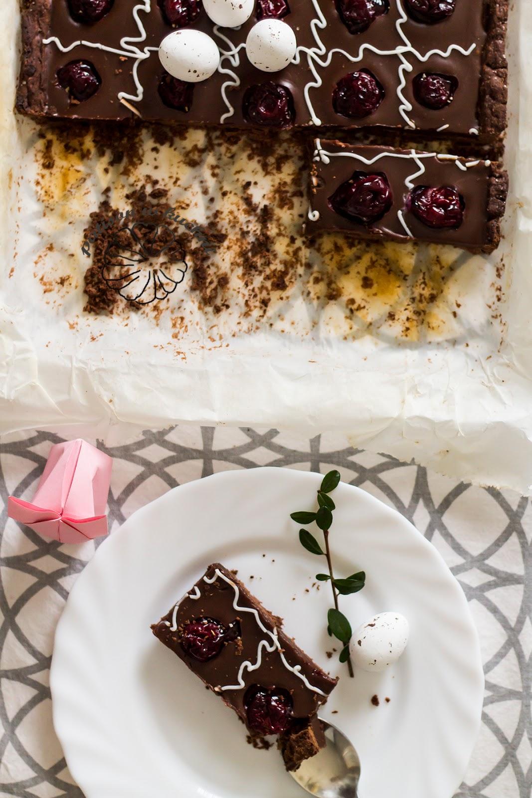 Mazurek czekoladowy z wiśniami.