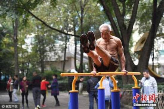 Photos of a 72-year-old man working out shirtless in China go viral (Photos)