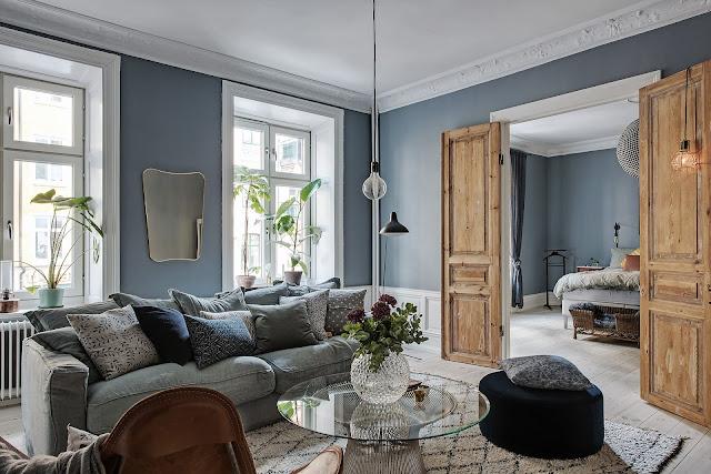 Albastru petrol și tapet cu flori în amenajarea scandinavă a unui apartament de 94 m²