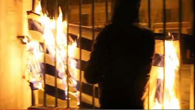 Άγνωστοι έκαψαν ελληνικές σημαίες στην Πάτρα