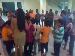 Puluhan bakal calon Kumtua Minut mempertanyakan pengunguman hasil tes tertulis kepada panitia di atrium kantor Bupati Minut,