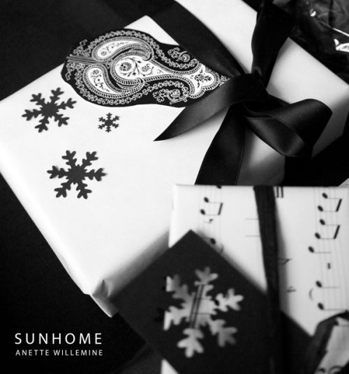 Christmas gift wrapping - elegnat black and white with snow flakes
