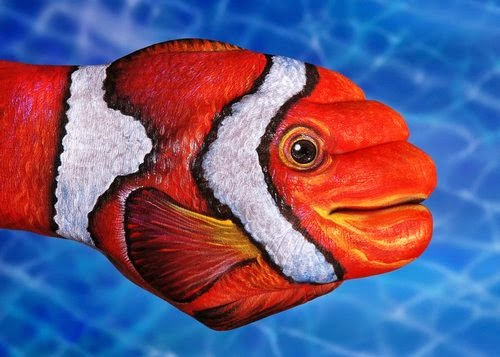 16-Clown-Fish-Guido-Daniele-Painting-Animals-on-Hands-www-designstack-co