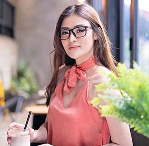 Sylvia Genpati Pakai Kacamata
