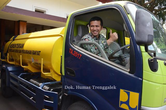 Krisis Air Bersih, Satker Tanggap Darurat Kementrian PUPR Hibahkan 2 Truck Tangki untuk Trenggalek