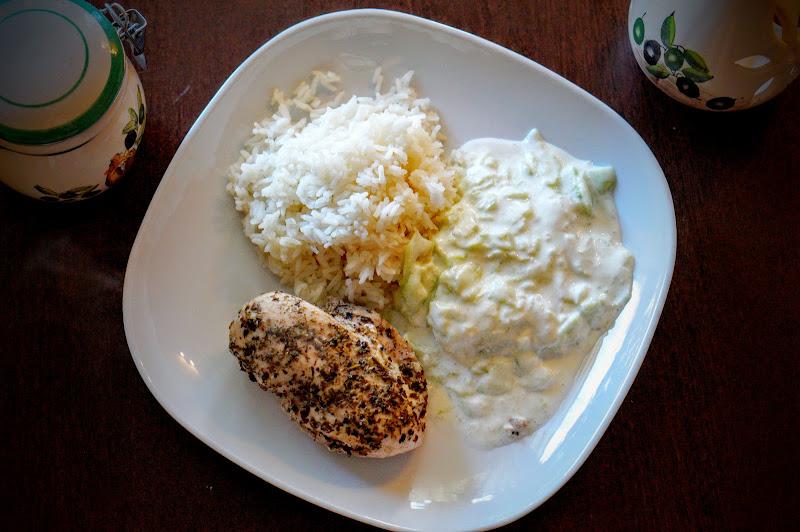 Pierś z kurczaka na parze z mizerią a'la tzatziki