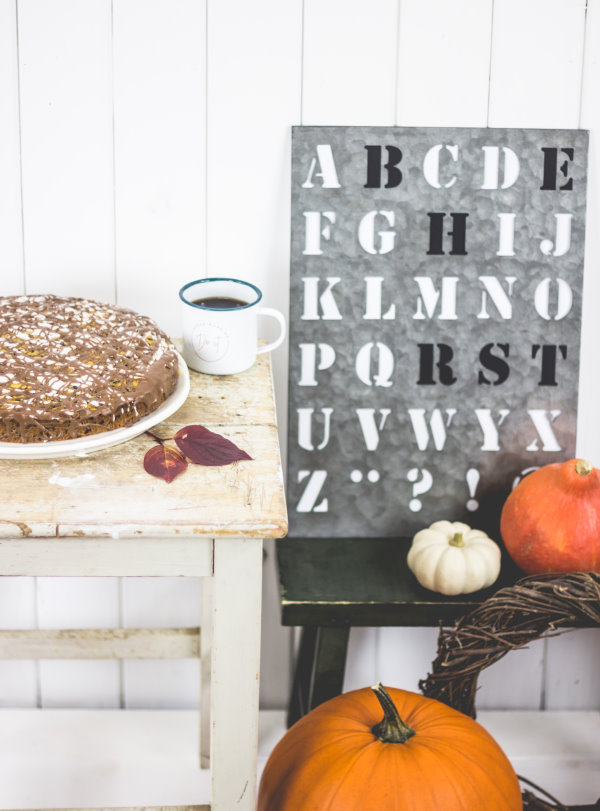 Das perfekte Kuchen-Rezept für die Kaffeetafel im Herbst: Kürbiskuchen mit Schokolade und Tonkabohne