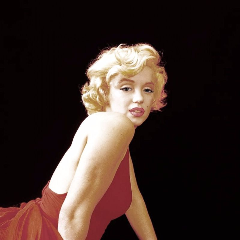 Behind The Scenes Photos Of Marilyn Monroe Playfully Poses During