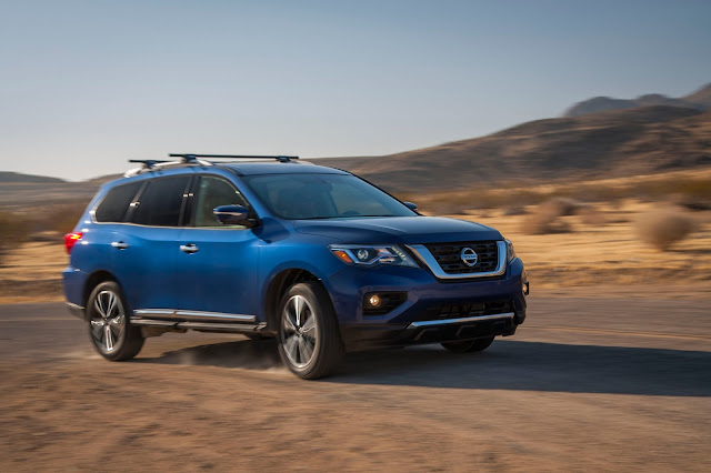 Front 3/4 view of 2017 Nissan Pathfinder Platinum 4WD