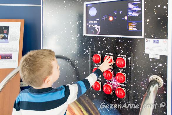 farklı gezegenlerdeki ağırlığının ne olduğunu inceleyen oğlum, Sancaktepe Bilim merkezi
