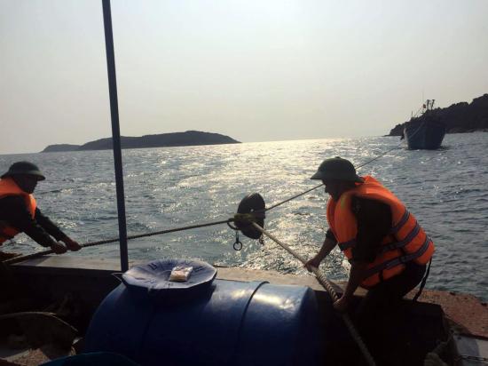 Tàu BP 430601 đang lai dắt tàu cá Qng 0226.