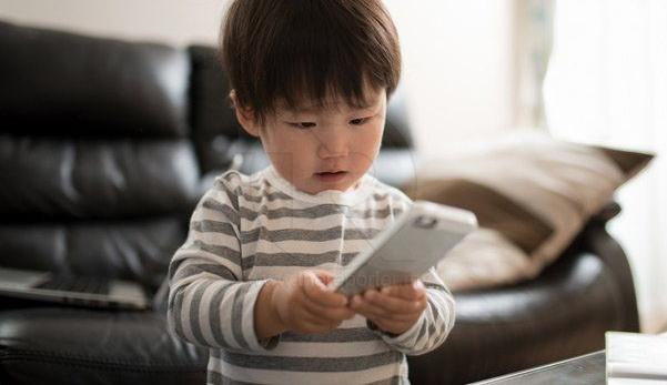 Kanak-kanak menatap handphone lebih dari 2 jam, cenderung mengalami masalah kelakuan di usia 5 tahun - Kajian