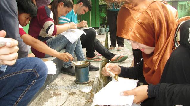 Mahasiswa Internasional sibuk membatik