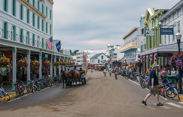 Mackinac_Island%2527s_main_town%252C_looking_west._Transportation_on_the_island_is_by_horse%252C_bike%252C_or_foot.%2Bcopy.jpg
