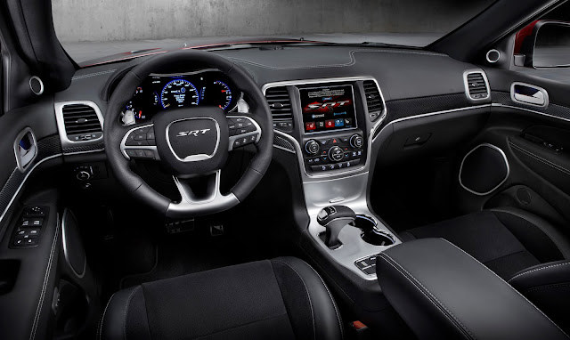 Interior view of 2017 Jeep Grand Cherokee