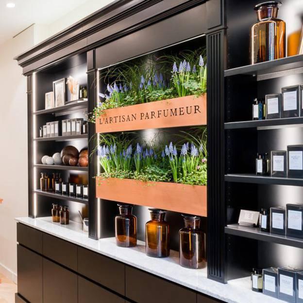nouveau look pour l 39 artisan parfumeur. Black Bedroom Furniture Sets. Home Design Ideas