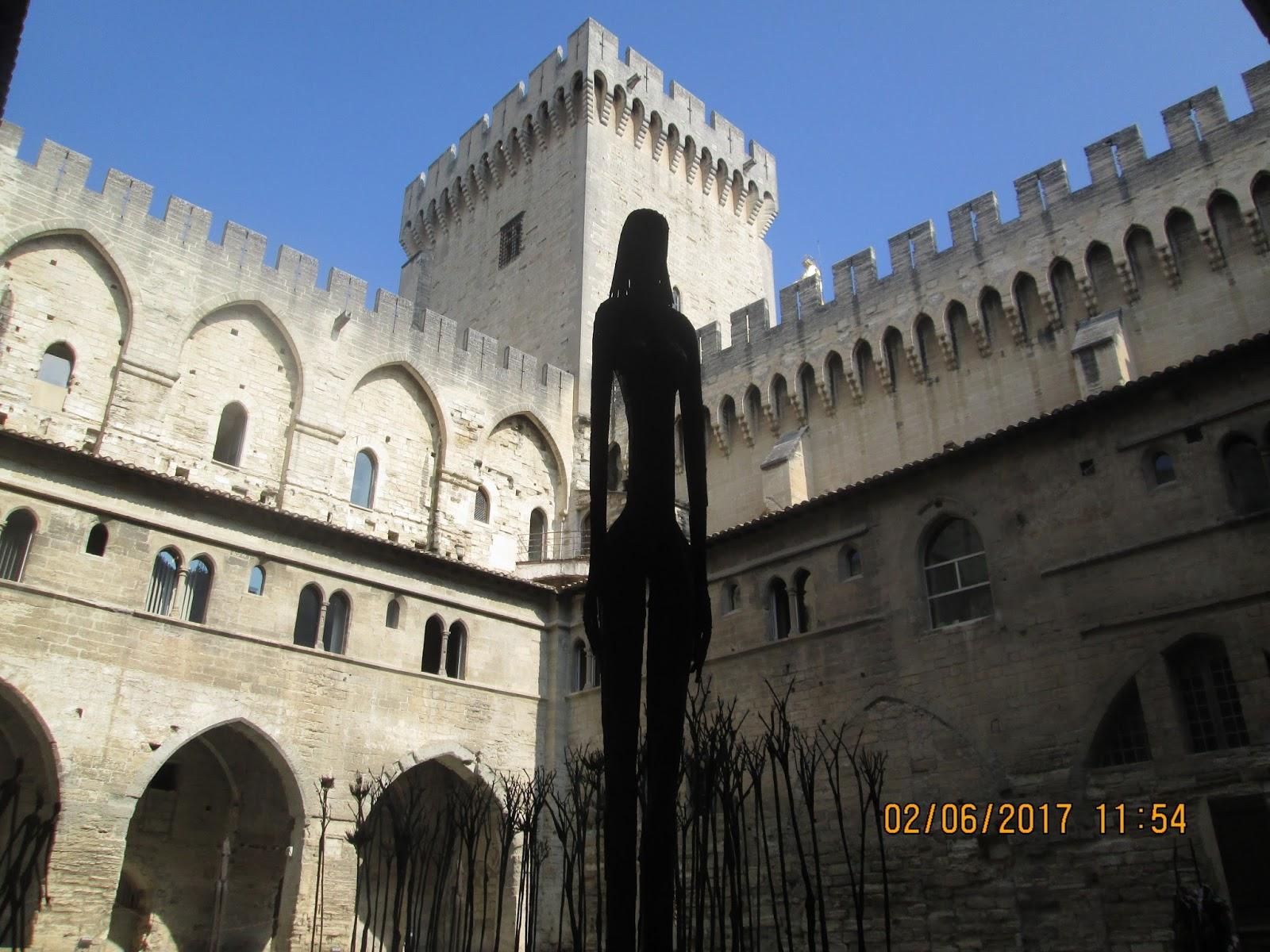 Cautand Femeia Avignon.