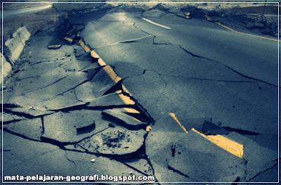 Gempa Bumi, Pengertian Gempa Bumi, Penyebab Terjadinya Gempa Bumi, Penjelasan Proses Gempa Bumi, Jenis-jenis Gempa Bumi, Dampak Gempa Bumi.