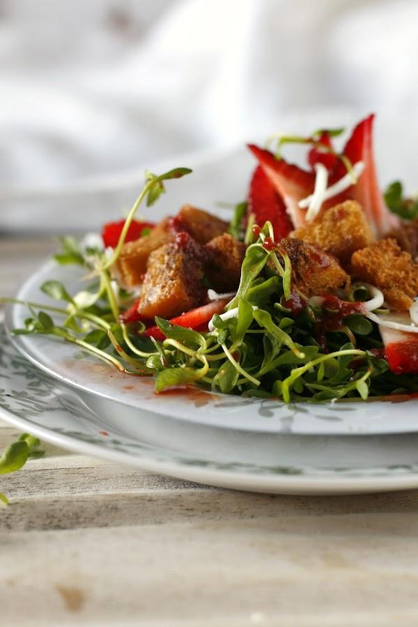 Ensalada de boruja, fresas y queso de cabra