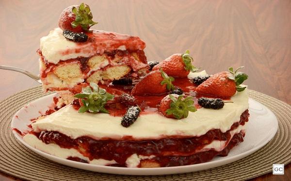 Receita de torta-pavê de frutas vermelhas (Imagem/Reprodução/Guia da Cozinha)