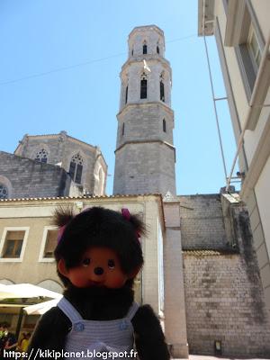 Bubbles le Monchhichi découvre l'église Sant Pere à Figueras en Catalogne