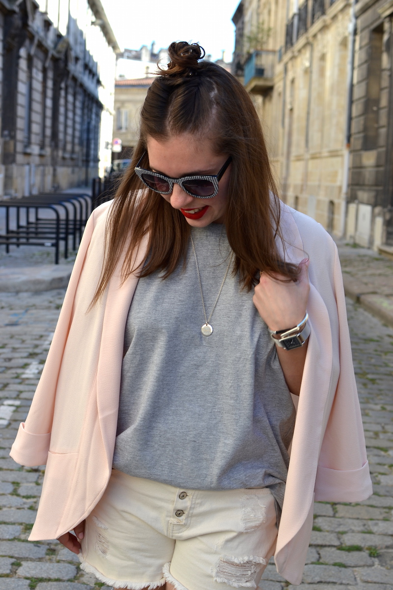blazer rose Pimkie, t-shirt gris H&M, short en jean blanc Pimkie, lunette vichy zara