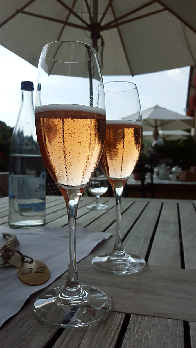 Pinot Noir Sekt vom WG Wassmer. Auf der Terrasse des Spielweg-Romantik-Hotels im Münstertal, 2016 | Arthurs Tochter Kocht von Astrid Paul