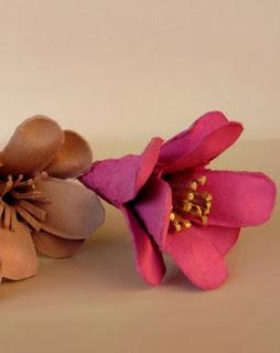 http://www.porcuatrocuartos.com/como-hacer-flores-con-el-carton-de-los-envases-de-huevos/3134