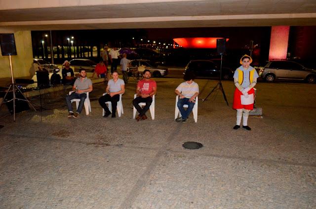 """Os quatro """"provocadores"""" dos alunos sentados e Pinóquio, de pé, que fez as perguntas Foto Joaquim Dantas"""