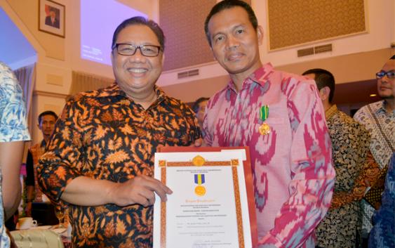 Wakil Walikota Pariaman Dr.Genius Umar Terima Penghargaan Koperasi Award 2016 Dari Menkop dan UKM Anak Agung Gede Ngurah Puspayoga