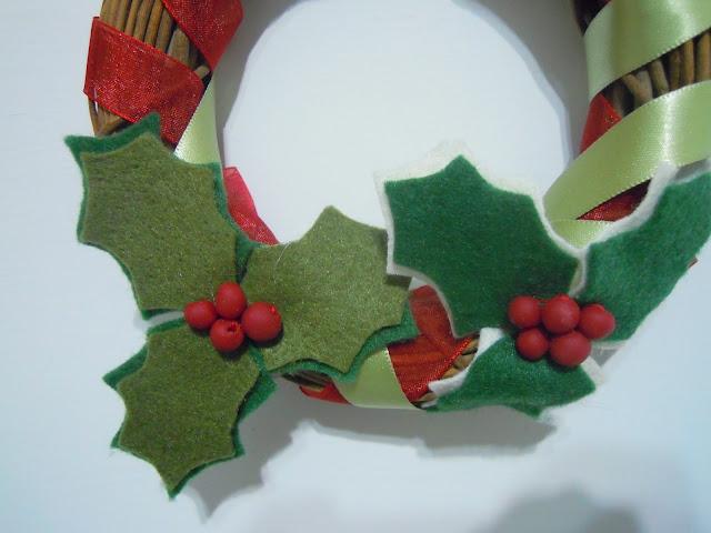 ghirlanda-natalizia-con-agrifoglio-in-feltro