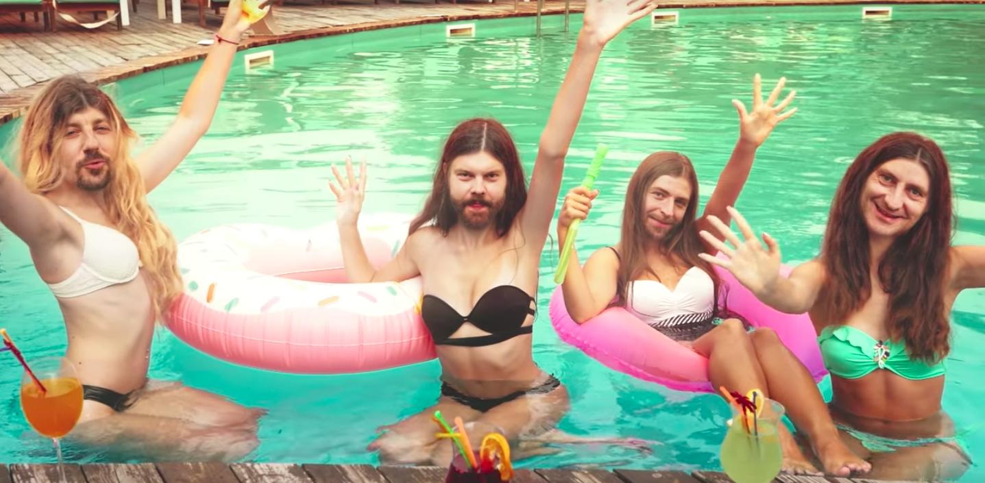 Die Mitglieder von Fünf Sterne deluxe als Frauen im Pool mit aufblasbarem Donut und Cocktails in Aphex Twin Marnier