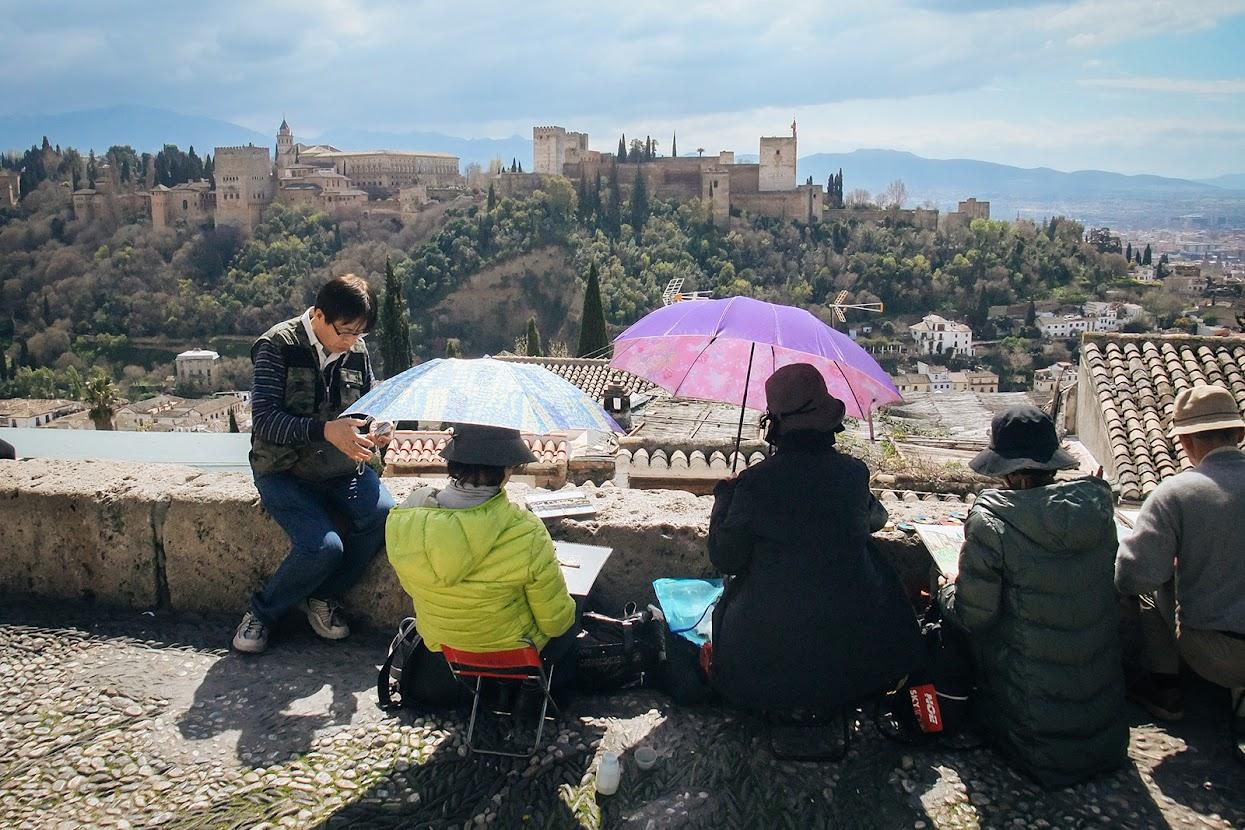 Visitar a Andaluzia - Grupo de turistas orientais a pintar o Alhambra, Andaluzia