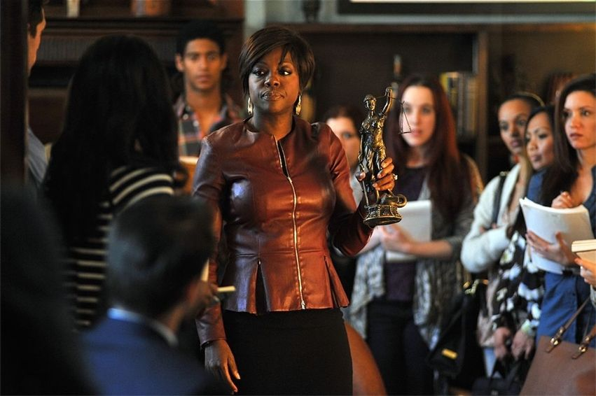 Viola Davis sostiene un trofeo en How to Get Away with Murder, serie de ABC