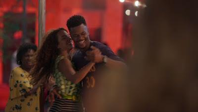 Ramon (David Junior) se diverte com Francisca (Gabriela Moreyra) — Foto: Globo