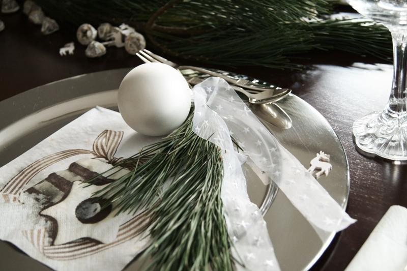 Blog + Fotografie by it's me! - Rooming, Weihnachtsdeko 2015 - silberner Platzteller, R & B Silberbesteck und Deko mit Kiefernzweig