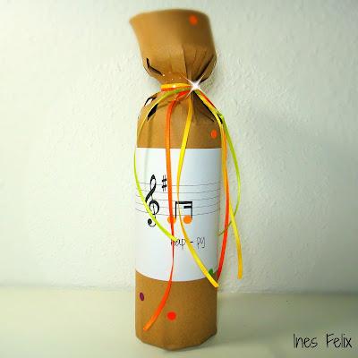 ines felix kreatives zum nachmachen eine flasche als geschenk. Black Bedroom Furniture Sets. Home Design Ideas