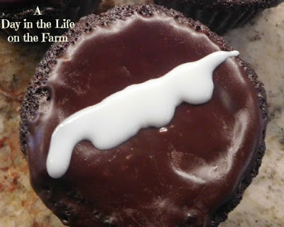 Featured Recipe | Homemade Hostess Cupcakes from A Day in the Life on the Farm #recipe #SecretRecipeClub #copycat #Hostess #chocolate