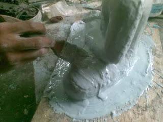 menutup model patung dengan silikon_lapisan cetakan pertama
