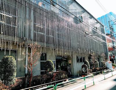 日本点字図書館の正面入口写真です。