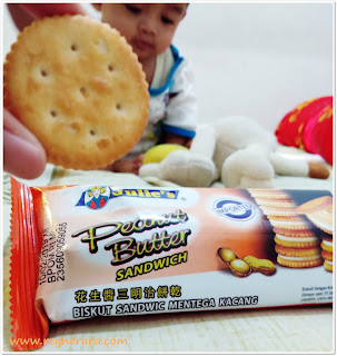 ngemil biskuit julie's bersama bayi
