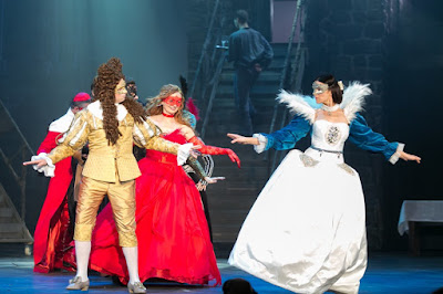 Łukasz Wójcik (Ludwik XIII) i Magdalena Wojnarowska (Królowa Anna) na scenie Teatru Muzycznego Capitol
