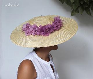 Pamela GALICIA de perfil con flores preservadas color malva