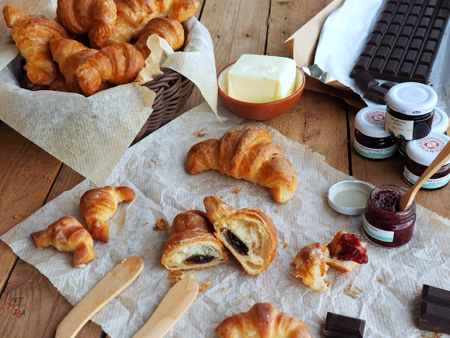 Croissant de mantequilla relleno de chocolate