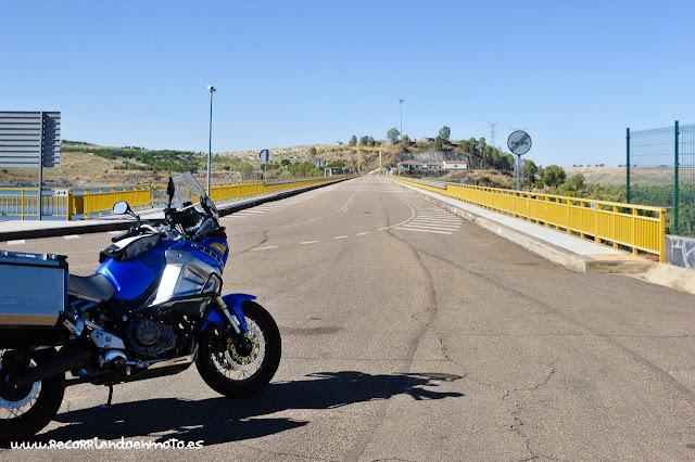 Carretera sobre la presa de La Serena