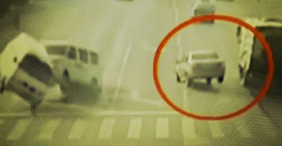 """Bizarro acidente com carros """"flutuando"""" na China - Detalhe 4"""