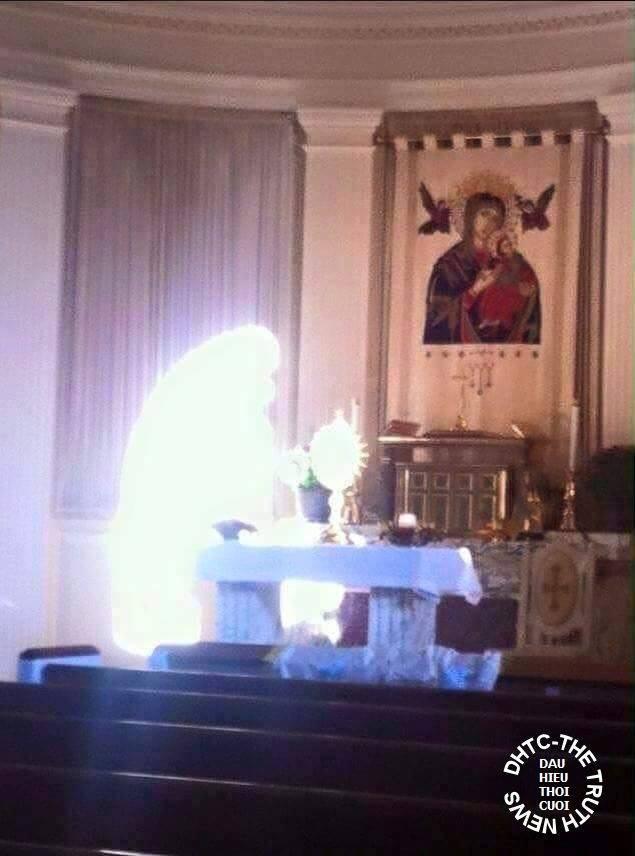 Phép lạ: Mẹ Maria quỳ gối tôn kính Thánh Thể Chúa