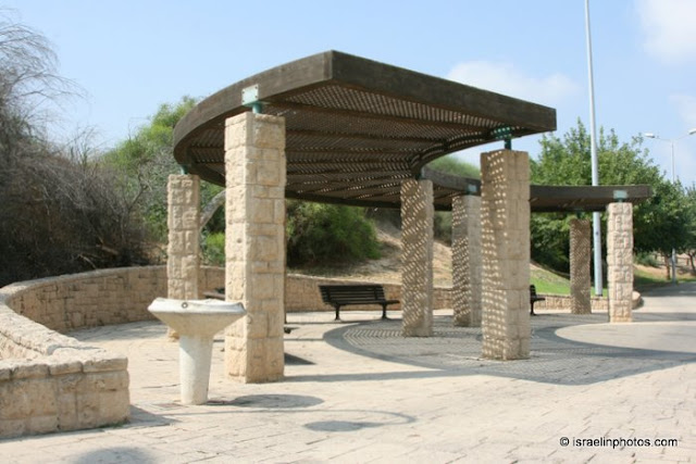 The Park is constructed along the banks of the river Lachish that circles the city Ashdod