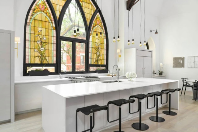 cocina de diseno blanca y cristalera emplomada antigua chicanddeco